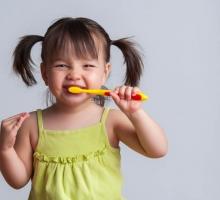 Passo a passo para cuidar dos dentes de crianças pequenas