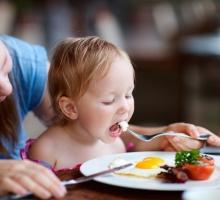 Quais alimentos os pais devem evitar que seus filhos consumam na infância?