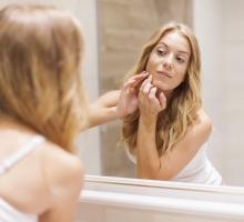 Remover a maquiagem antes de dormir: entenda a importância do hábito